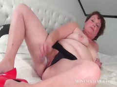Mature slut pleasuring her..